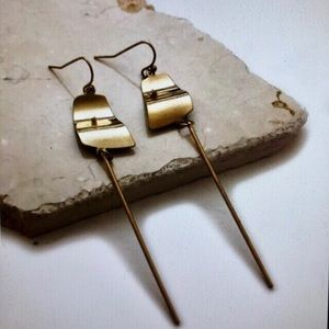 Curvy disc with cylinder bar earrings brass